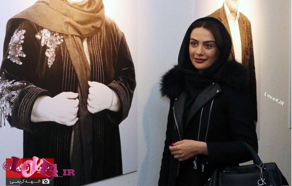 تیپ جذاب مارال فرجاد در نمایشگاه عکس دچار