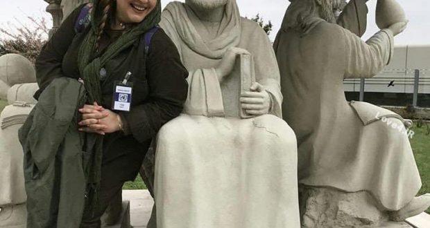 عکس بهاره رهنما با مجسمه ابوعلی سينا در خارج از کشور