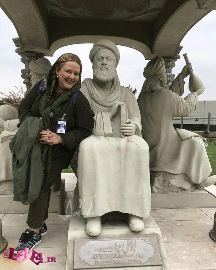 عکس بهاره رهنما با مجسمه ابوعلی سینا در خارج از کشور