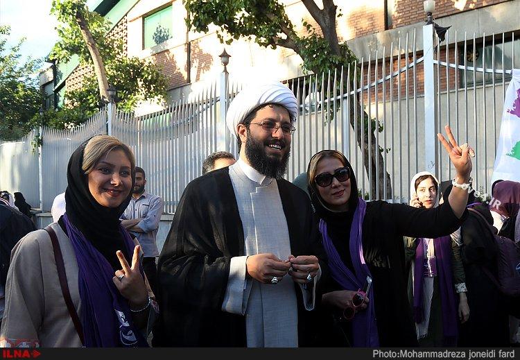 عکس عکس یادگاری دو دختر جوان با روحانی در حاشیه گردهمایی حامیان روحانی!