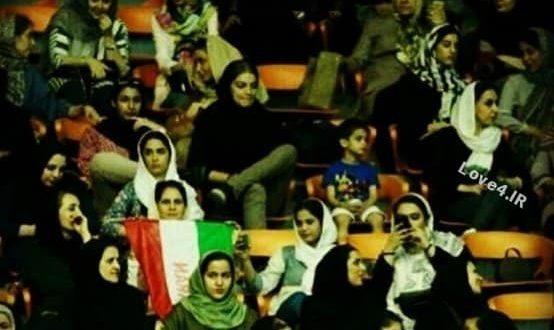 تصاویر زنان و دختران تماشاگر ایرانی در بازی والیبال ورزشگاه آزادی +فیلم