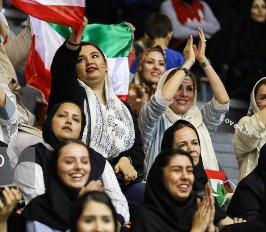 عکس زنان و دختران تماشاگر والیبال در ورزشگاه آزادی
