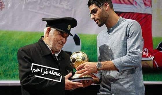 اهدای توپ طلای مهدی طارمی در موزه آستان قدس رضوی