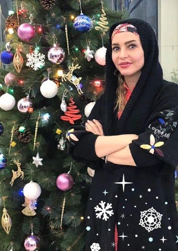 تیپ و مدل لباس فریبا آهنگ کنار درخت کریسمس