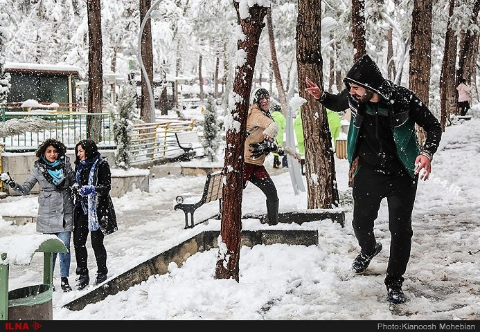 تصاویر خوشحالی بانوان در روز برفی   برف امروز تهران