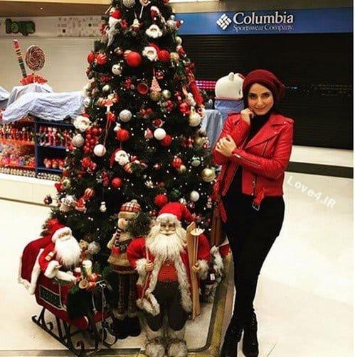 استایل سمیرا حسن پور در کنار درخت کریسمس